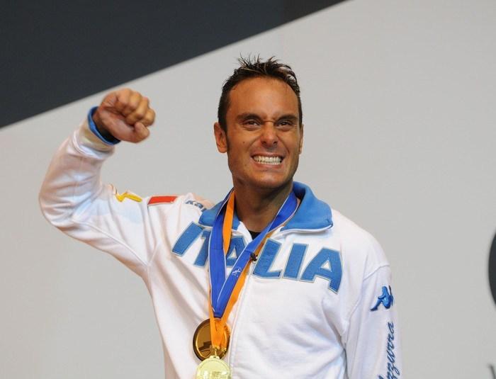 L'italiano Paolo Pizzo ha vinto la medaglia d'oro nella categoria spada dei Campionati del mondo di scherma in corso di svolgimento a Catania. In finale ha battuto 15-13 l'olandese Bas Verwijlen.